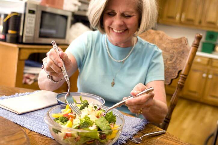 happy-woman-eating-vegetable-salad-725x482